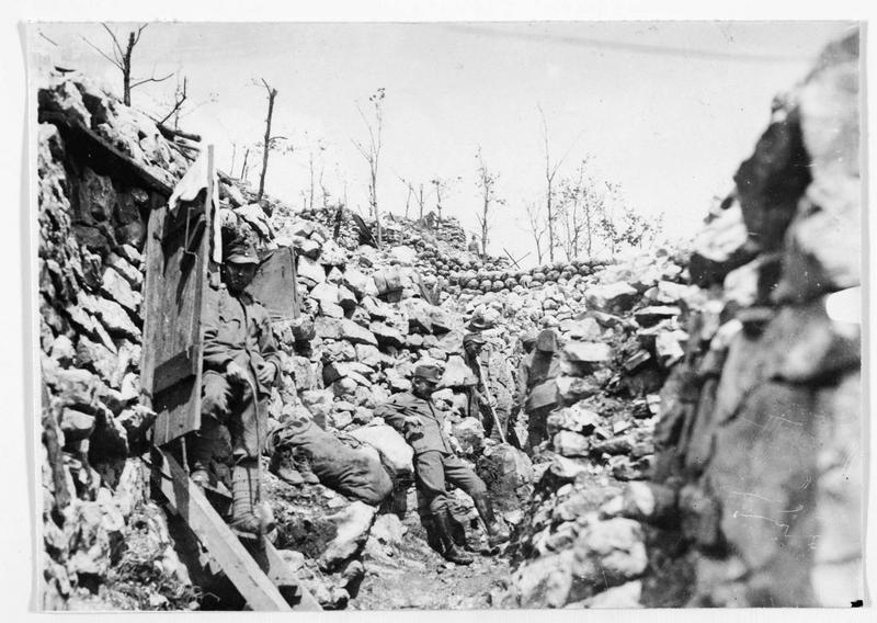 Tranchées construites par des soldats austro-hongrois à la frontière du Tyrol