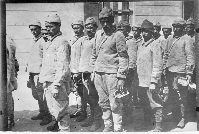 Troupe turque allant chercher son dîner avant de rejoindre la zone de combat