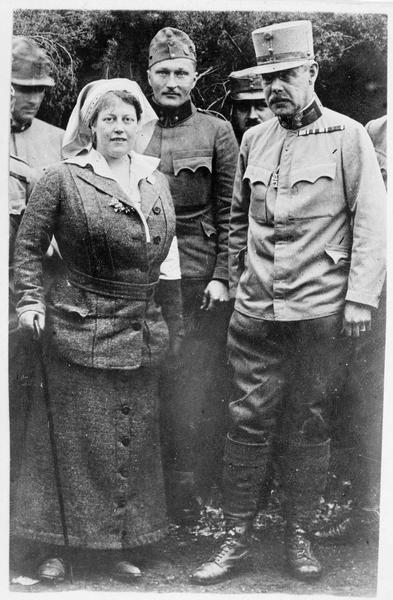 Front de Galicie. La grande-duchesse von Mecklenburg en tant qu'infirmière de nos troupes austro-hongroises alliées, avec à sa droite Son Excellence Heinrich Karl von Schenck