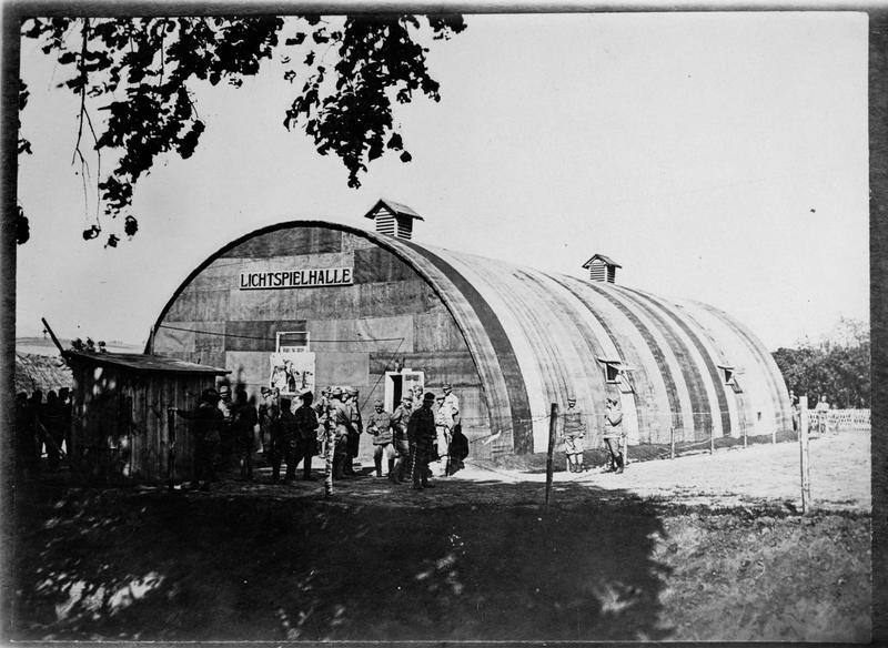 Un bâtiment original qui sert de salle de cinéma de campagne pour les troupes austro-hongroises en Galicie. Le cinéma est un passe-temps régulier dans le cantonnement