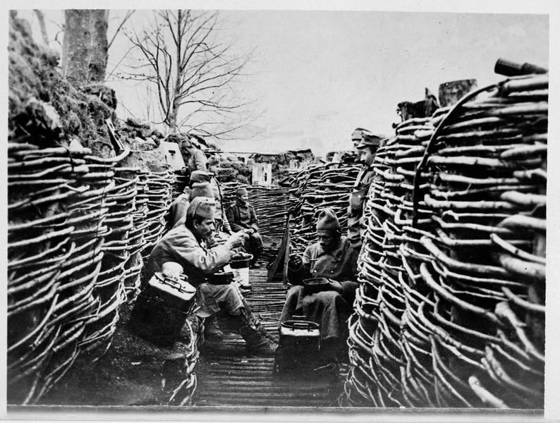 Front oriental. Soldats bosniaques de l'armée austro-hongroise, dans une tranchée des Carpathes, en train de déjeuner