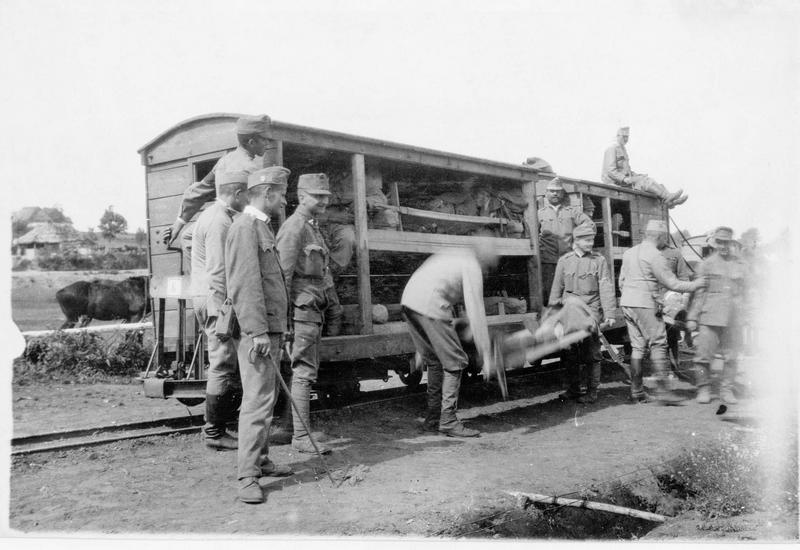 Le front des Carpates. Train sanitaire. Embarquement des blessés austro-hongrois et des soldats russes dans des wagons sanitaires, sur une ligne à voie étroite