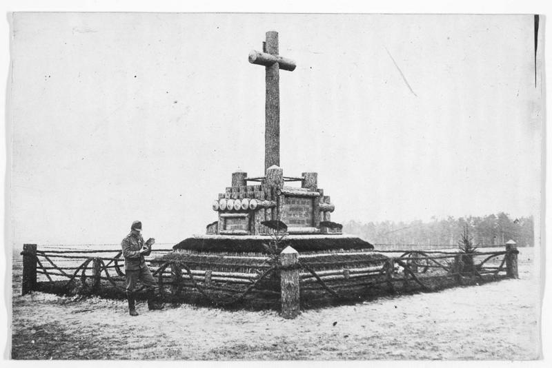 Monument en souvenir des combats de l'an dernier, en Volhynie, à l'endroit où sont enterrés un grand nombre de soldats austro-hongrois