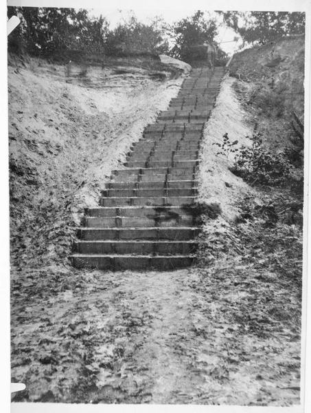 Escalier en bois qui dessert les abris