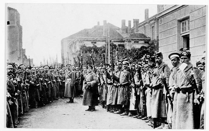 Régiment bulgare sur la grande place avant son départ