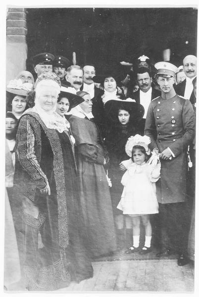 La mort de Carmen Sylva le 2 mars 1916 à Bucarest. Sur la photo la reine Elisabeth de Roumanie dite « Carmen Sylva » et le Kronprinz