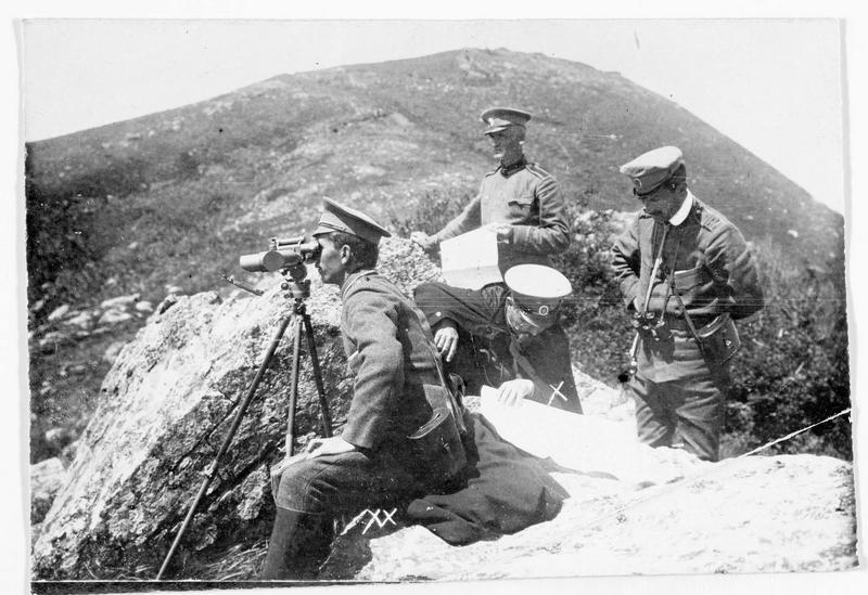 Troupes allemandes et bulgares en Dobrudscha. Poste d'observation dans la montagne, avec le suivi des opérations sur une carte. Le général Jekow, commandant en chef des armées bulgares (x)