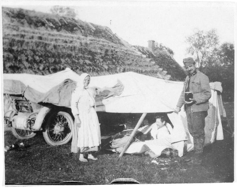 Auto militaire allemande avec une tente qui peut se dresser où on veut