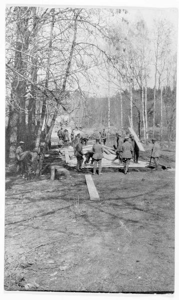 Construction par les soldats allemands d'une route en Russie