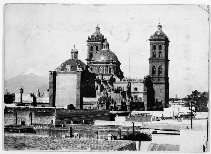 La cathédrale avec le Popocatepetl en arrière plan