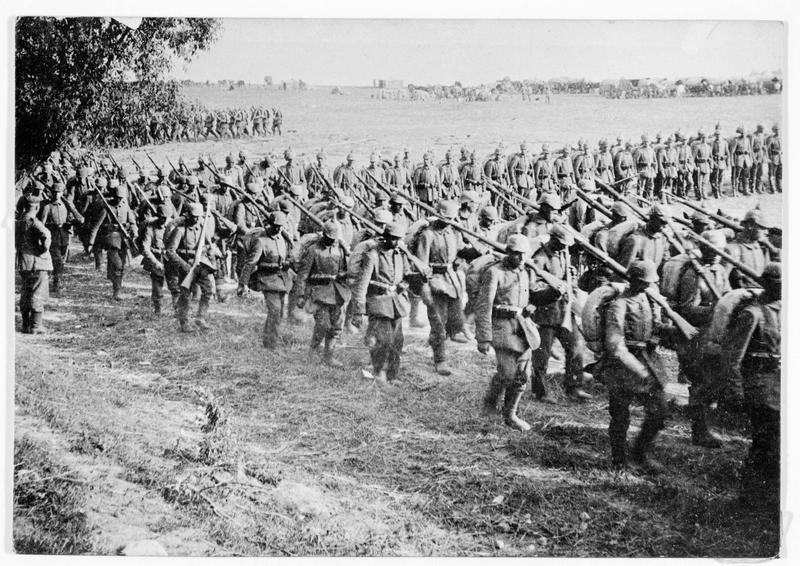 Infanterie allemande défilant sur le front occidental