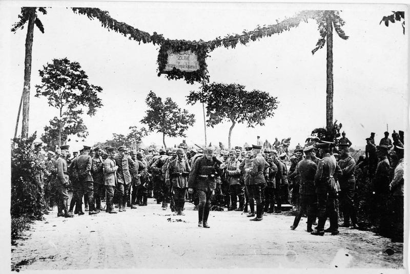 Compétition sportive sur le front Ouest. Les troupes sur la ligne d'arrivée après une marche d'entraînement