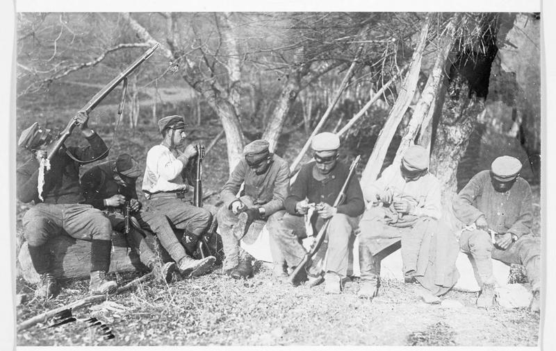 Front oriental : vingt minutes avant l'appel, soldats allemands contrôlant armes et uniformes
