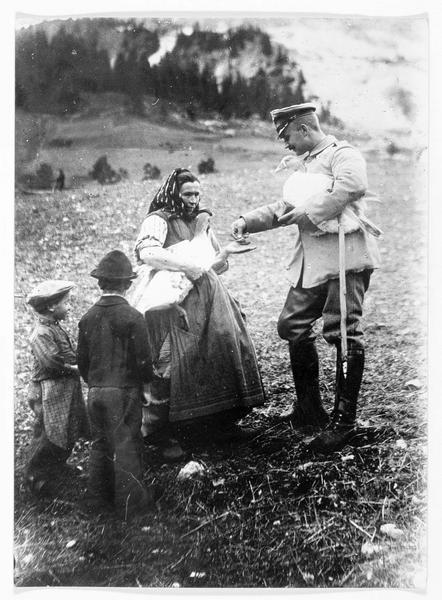 Dans les Vosges. Officier allemand achetant une oie à une paysanne