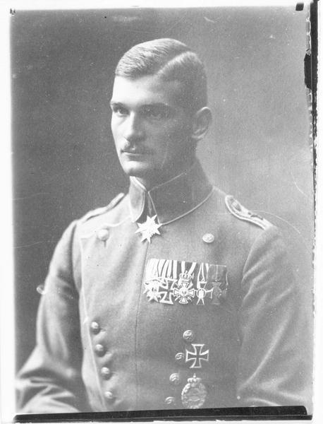 Portrait du pilote allemand Max Ritter von Muilzer, décoré de l'ordre du Mérite et de l'Ordre de Maximilien Joseph