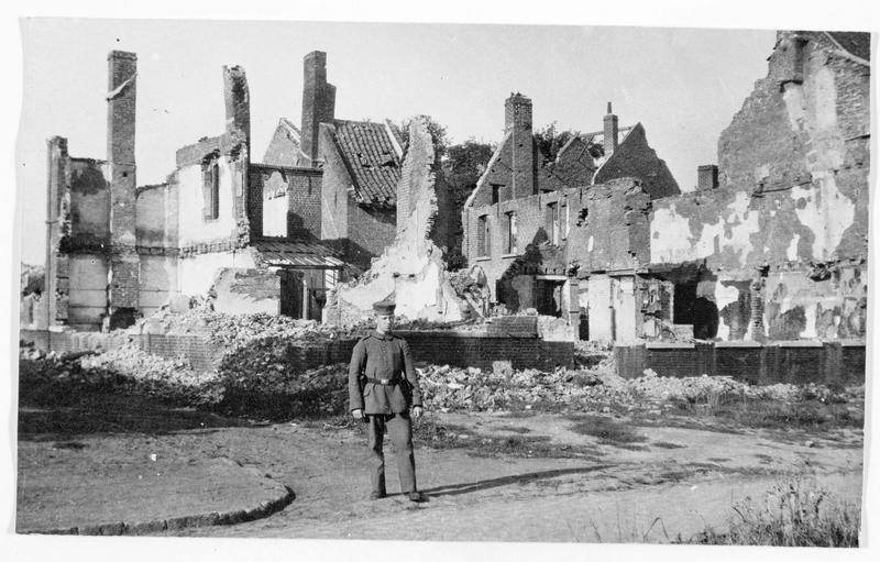 Front de l'Ouest. Village complètement détruit par les bombardements français persistants. Un soldat allemand au milieu des ruines, au premier plan