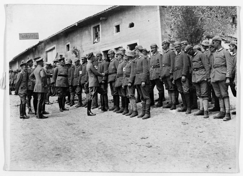 Front occidental. Le prince héritier allemand au milieu du régiment d'infanterie royal, dont on lui présente les soldats qui se sont plus particulièrement distingués au cours des derniers combats