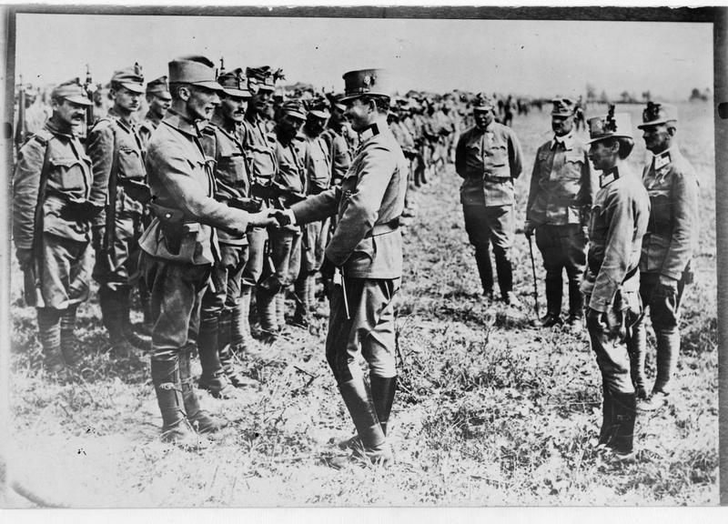 Le général de cavalerie, l'archiduc héritier Karl Franz Josef, félicite des soldats austro-hongrois qui se sont particulièrement distingués au combat
