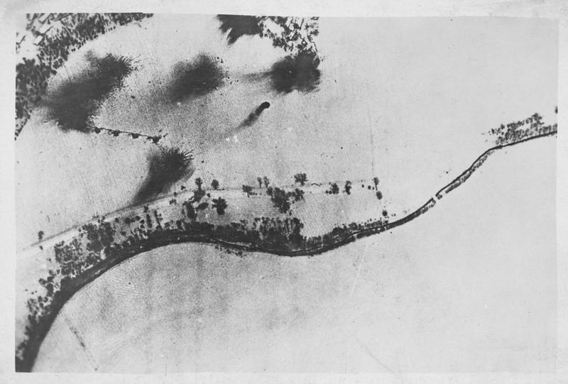 Photographie aérienne montrant de nombreuses tranchées et positions, particulièrement bombardées par de gros projectiles