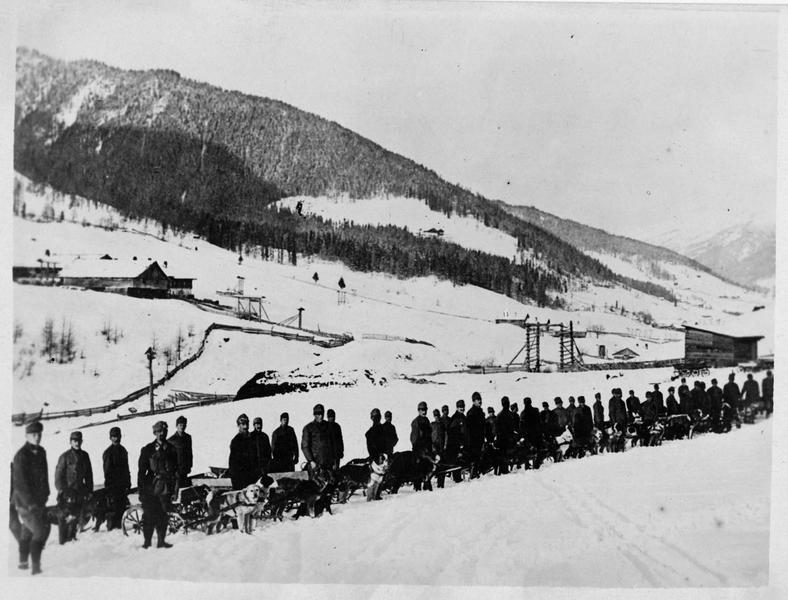 Troupes austro-hongroises alignées, avec leurs traîneaux de chiens, se préparant à une ascension en haute montagne