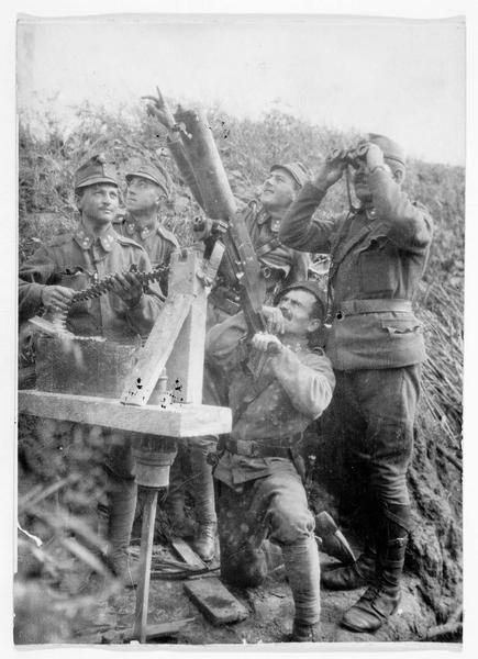 Poste d'infanterie austro-hongroise, mise en place d'un plateau de bois pour remonter une pièce d'artillerie anti-avions