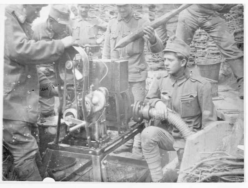 Pompe avec un moteur à essence pour drainer la boue d'une tranchée austro-hongroise