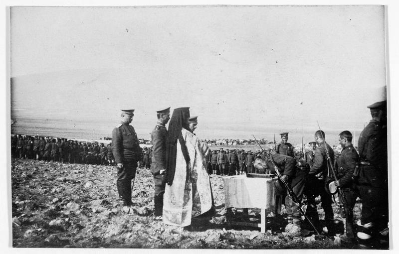 Cérémonie religieuse sur le front. Soldats d'un régiment bulgare, baisant le livre des Saintes Ecritures tour à tour