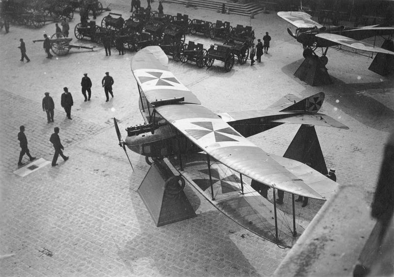 Biplan Aviatik, abattu dans les lignes françaises par Garros en septembre 1914 et déposé actuellement dans la cour d'honneur du Palais des Invalides