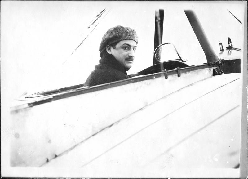 L'aviateur Roland Garros qui, obligé d'atterrir à Ingelmunster, près de Coutrai, dans les lignes allemandes, a été fait prisonnier le 18 avril 1915. Il venait d'abattre trois avions ennemis coup sur coup et, seul à bord, il dirigeait son aéroplane et tirait sa mitrailleuse