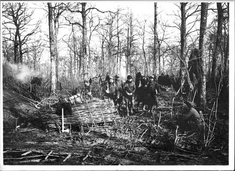Sur le front. En Alsace, arrestation d'un espion dans les lignes françaises. Entre quatre hommes, baïonnette au canon, l'espion est conduit au bureau du capitaine de la compagnie