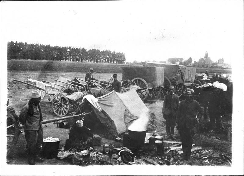 Sur le front. Dans le secteur d'Arras. Goumiers marocains opérant devant Souchez, au repos près de Lorette