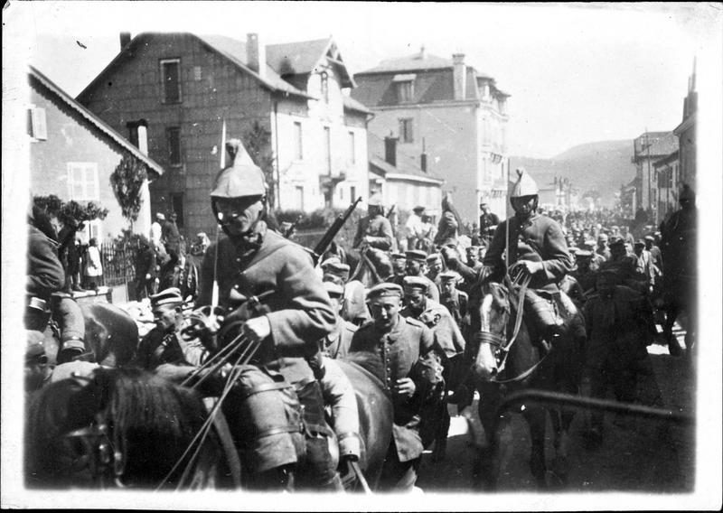 Sur le front. En Alsace, prisonniers faits au cours de la conquête de Metzeral, sur la route de Colmar