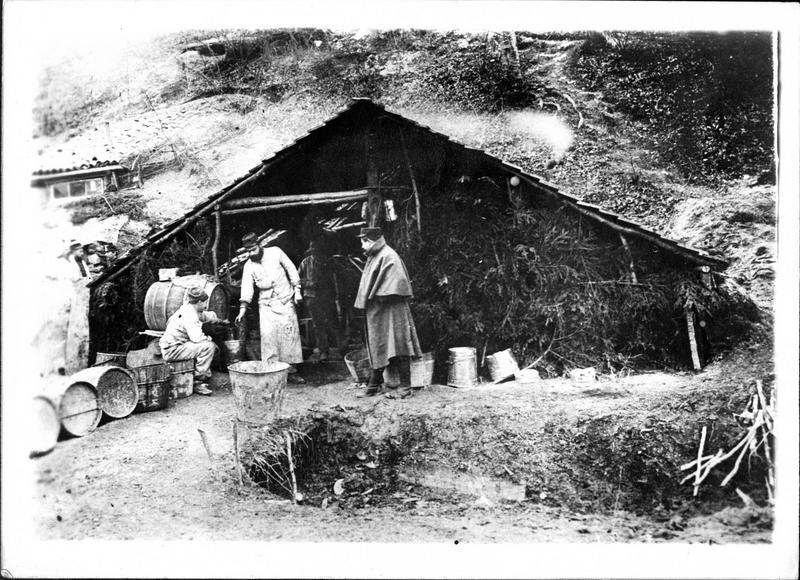 Sur le front. Aux environs de Berry-au-Bac, le fourrier fait la distribution du vin