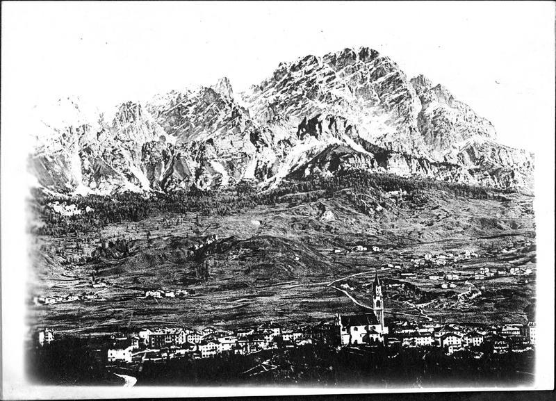 Sur le front. L'offensive italienne. La ville de Cortina, au pied du Mont Cristallo