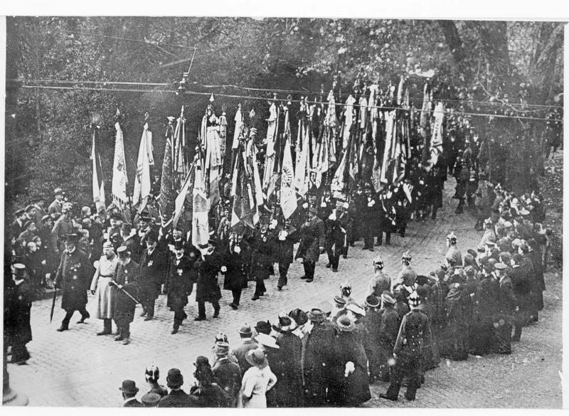 Procession ; en avant, les combattants et les vétérans