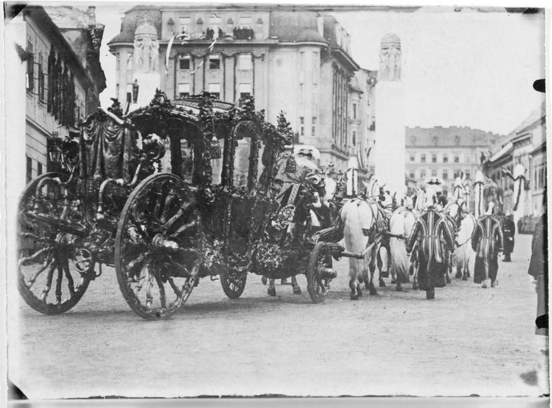 Le couronnement de Charles François Joseph de Habsbourg-Lorraine, empereur d'Autriche et roi de Hongrie. Le carrosse des souverains allant de la Hofburg à l'église