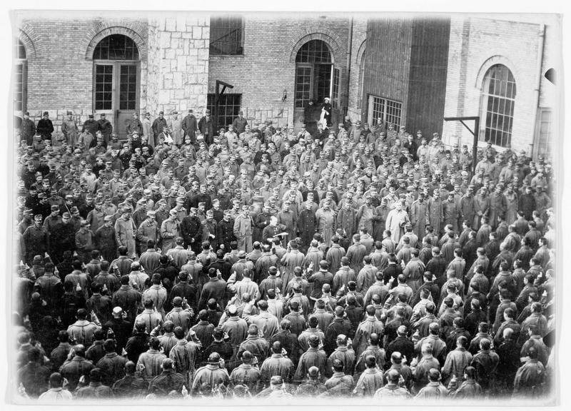Le serment des invalides en présence de l'empereur Charles 1er d'Autriche, à l'école des Invalides