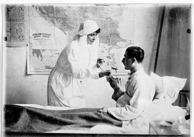 La comtesse Julius Andrassy infirmière dans un hôpital de Budapest