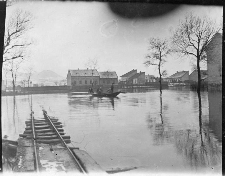 Une voie ferrée inondée près de Budapest