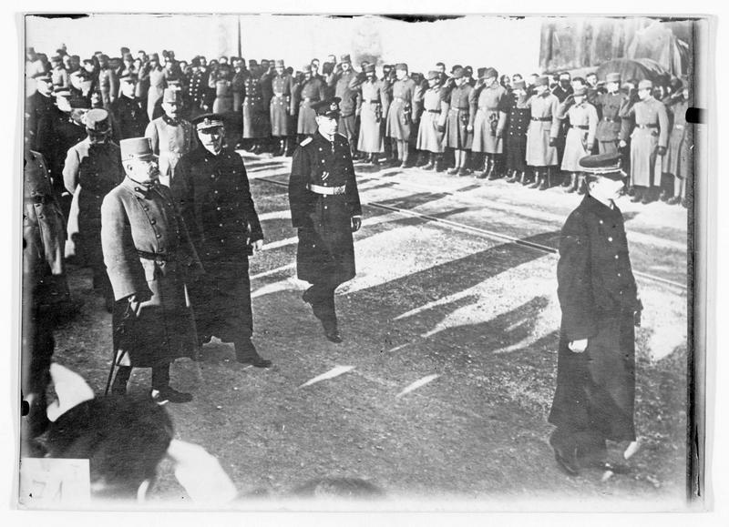 Visite de l'empereur Charles 1er d'Autriche accompagné d'officiers. Liste des participants au dos du tirage