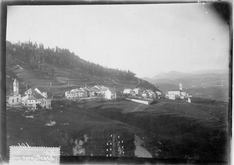 Carte postale timbrée. Frontière italo-autrichienne, d'un côté les montagnes autrichiennes et de l'autre les monts italiens