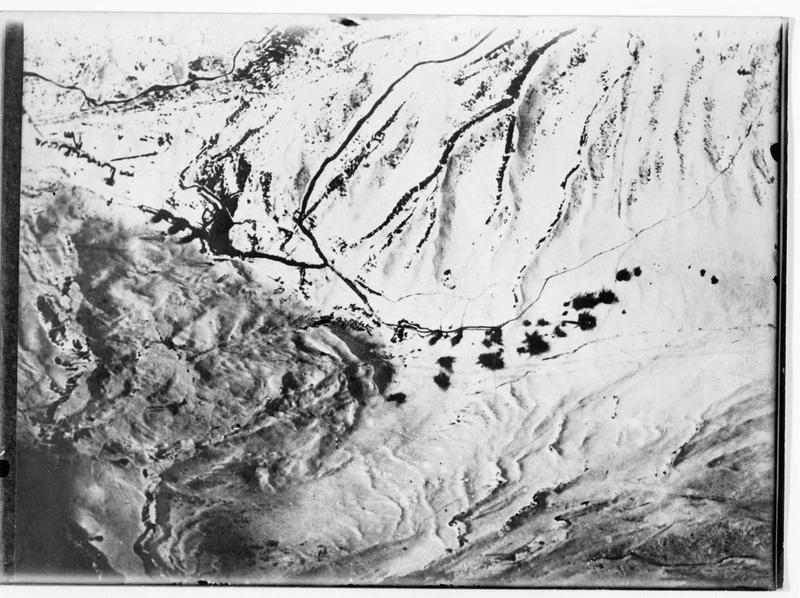 Photographie aérienne austro-hongroise montrant un ensemble de batteries italiennes détruites dans la neige, au Falzarego Pass