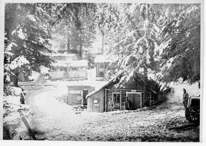 Abris en bois sur le front du Tyrol