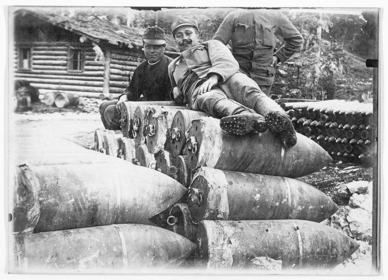 Munitions prises aux Italiens dans un dépôt austro-hongrois derrière le front du Tyrol