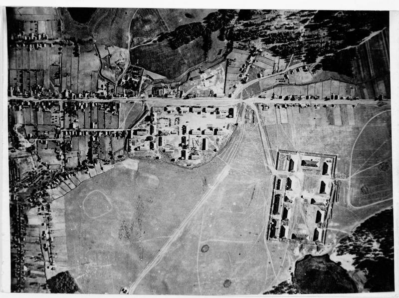 Photographie aérienne montrant un village russe près de la voie ferrée Minsk-Baranowitschi