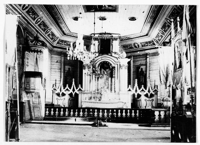 Vue intérieure : l'autel d'une église de bois