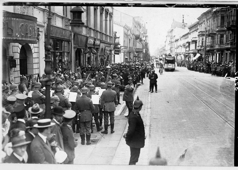 Fanfare allemande jouant dans la rue