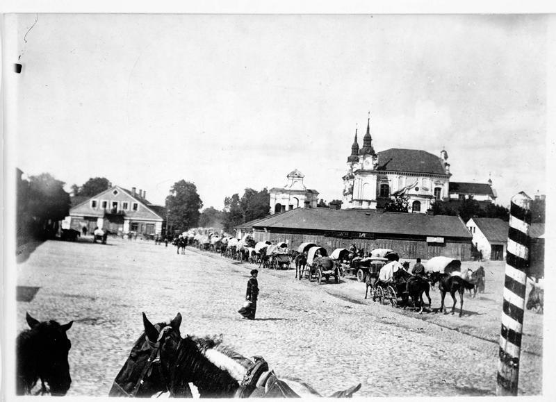 Convoi militaire traversant la ville
