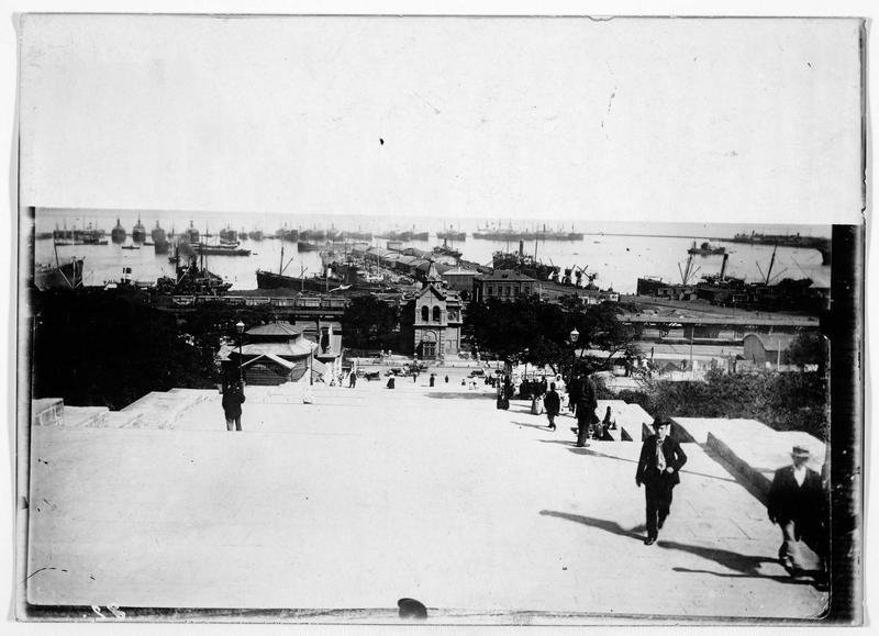 Le port d'Odessa et les 200 marches qui mènent au boulevard Nicolas. Le grand escalier monument du boulevard Nicolajewitch, escalier du Potemkine ou Primorski, l'entrée officielle de la ville