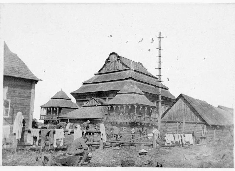 Campement militaire autour d'une église en bois